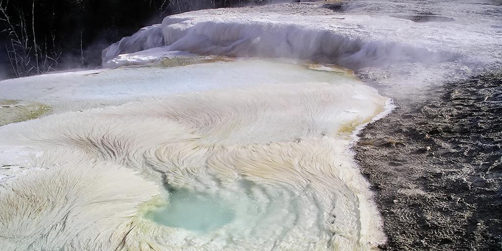 For 2,5 mia år siden før Jordens atmosfære fik ilt, skabte Sulfurihydrogenibium yellowstonense bakterierne klipper som disse på Jorden
